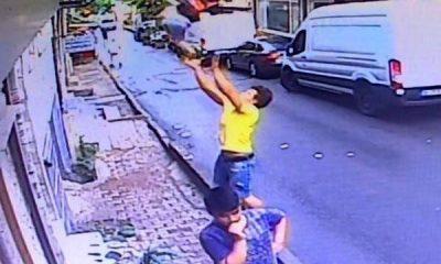 2'nci kattan düşen bebeği havada yakaladı