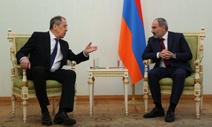 Rusya-Ermenistan görüşmesinde bayrak krizi! Ruslar ayaklandı