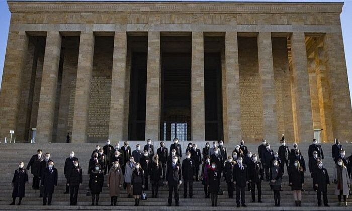 Bakan Selçuk, 81 ilden gelen öğretmenlerle Anıtkabir'i ziyaret etti