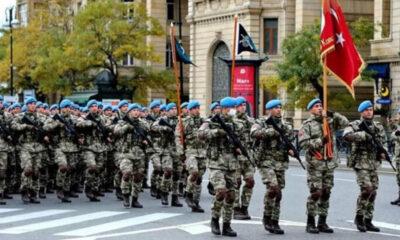 Türk askeri 10 Aralık Zafer Töreni için Azerbaycan'da