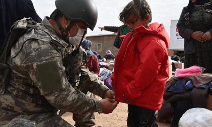 Mehmetçik'ten çocuklara gıda ve kıyafet yardımı
