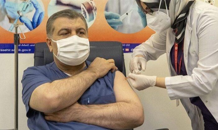 Sağlık Bakanı Koca canlı yayında Kovid-19 aşısı oldu
