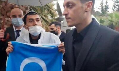 Uygur Türkleri teşekkür etmek için yağmur altında Mesut'u beklediler