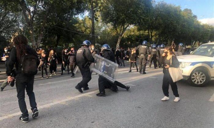 Güney Kıbrıs'ta ortalık karıştı! Halk sokağa döküldü
