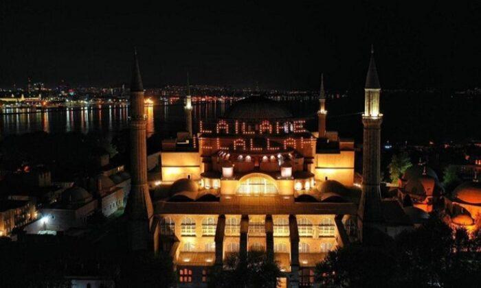 Ayasofya Camii'ne asılan mahyanın ışığı yandı