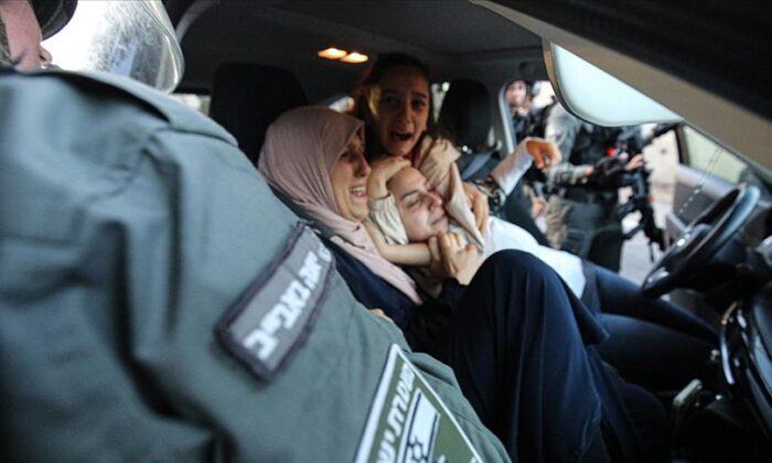 İsrail polisi, Şeyh Cerrah Mahallesi'nde Filistinli kadınları darbetti birinin başörtüsünü çıkardı