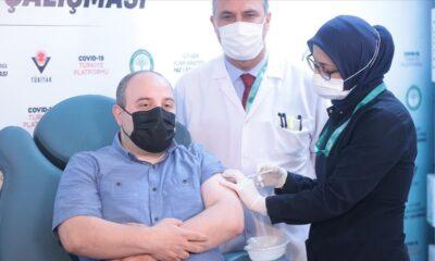 Bakan Varank, klinik denemelerine katıldığı yerli Kovid-19 aşı adayının ikinci dozunu yaptırdı