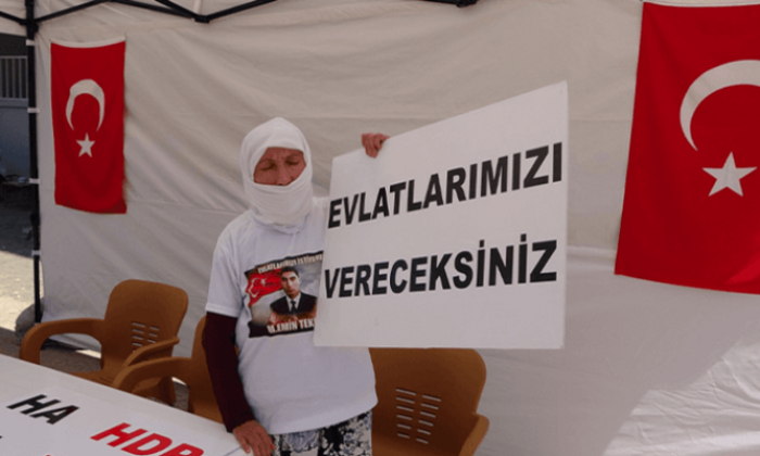 HDP önünde tek başına eylem yapan anne: Allah, devletten razı olsun bize bu kapıyı açtı
