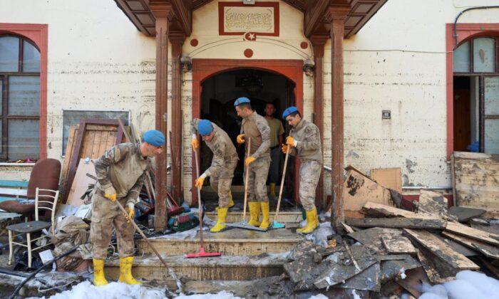Komandolar camiyi temizledi
