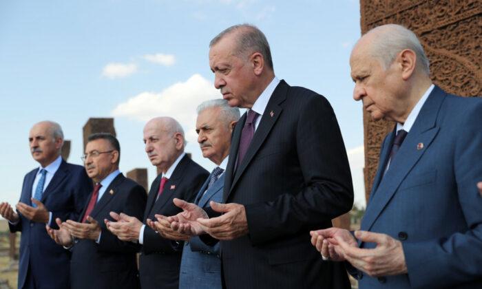 MHP Lideri Bahçeli ve Cumhurbaşkanı Erdoğan Ahlat'ta Selçuklu Meydan Mezarlığı'nı ziyaret etti