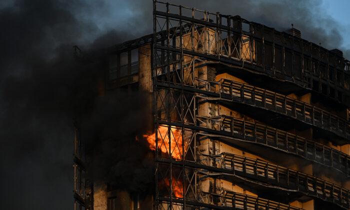 İtalya'da 15 katlı binada yangın çıktı