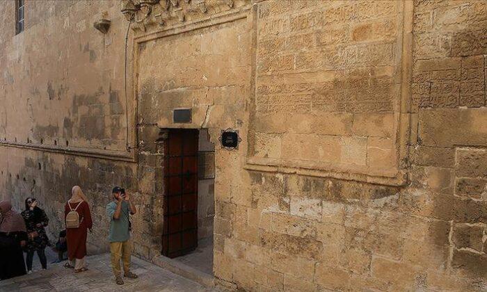 """Cami duvarındaki 8 asırlık """"Vergi Muafiyet Kitabesi"""" ilgi görüyor"""