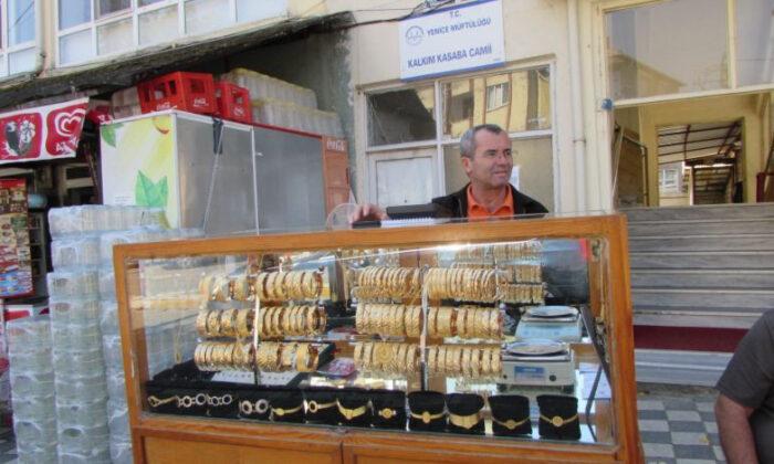 Türkiye bu kuyumcuyu konuşuyor! Simit satar gibi altın satıyor